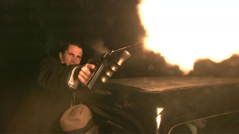 Christian Bale in una scena del film Nemico pubblico