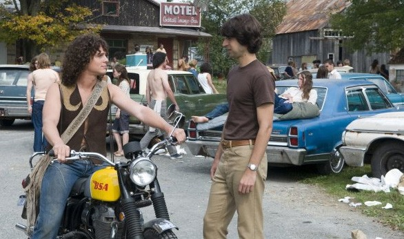 Demetri Martin con Jonathan Groff in una scena del film Taking Woodstock, di Ang Lee