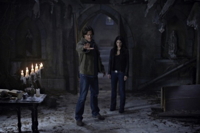 Jared Padalecki e Genevieve Cortese in una scena dell'episodio Lucifer Rising di Supernatural