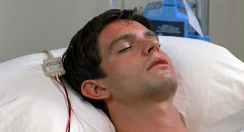 Jason Behr è Max Evans dopo un incidente nell'episodio 'Fratello di sangue' di Roswell