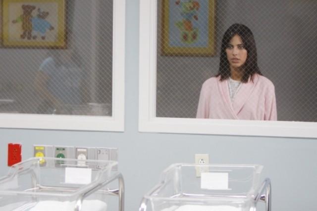 Jessica Lowndes in una scena dell'episodio One Party Can Ruin Your Summer di 90210