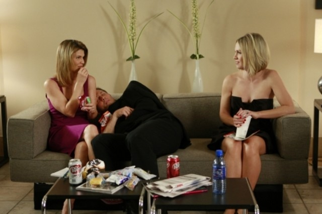 Lori Loughlin e Jennie Garth in una scena dell'episodio One Party Can Ruin Your Summer di 90210