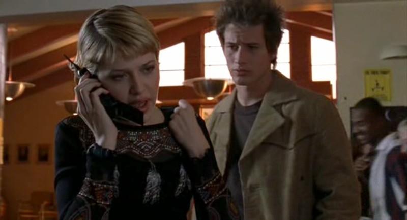 Maria (M.Delfino) al telefono con Michael (B.Fehr) alle spalle nell'episodio 'Fratello di sangue' di Roswell