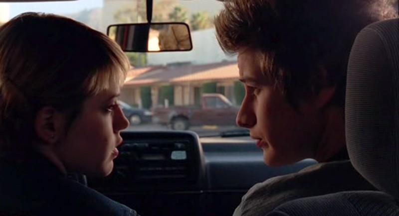 Michael e Maria (M. Delfino e B. Fehr) in auto nell'episodio 'Fratello di sangue' di Roswell