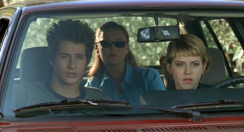 Michael, Isabel e Maria (Delfino, Fehr, Heigl) in auto nell'episodio 'Fratello di sangue' di Roswell