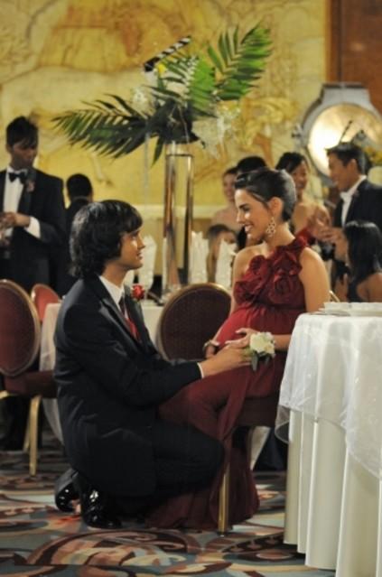 Michael Steger e Jessica Lowndes in una scena dell'episodio Zero Tolerance di 90210