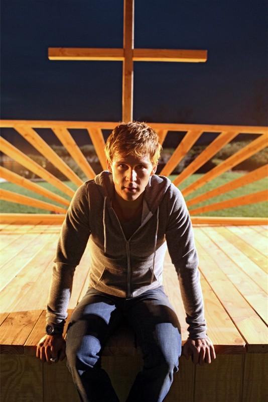 Ryan Kwanten in una scena della seconda stagione della serie True Blood