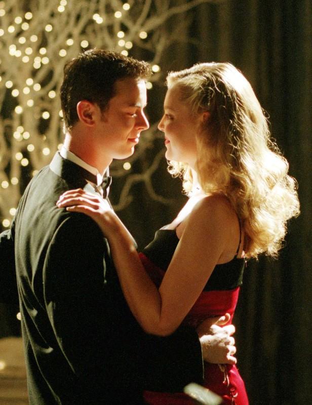 Alex(C. Hanks) balla con Isabel(K.Heigl) nel suo sogno nell'episodio 'Ondata di caldo' di Roswell