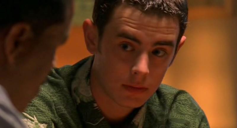 Alex (Colin Hanks) interrogato dallo sceriffo nell'episodio 'Ondata di caldo' di Roswell
