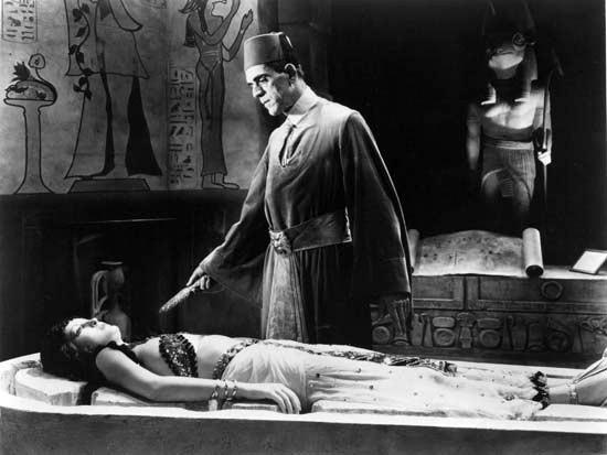 Boris Karloff e Zita Johann in una sequenza de La mummia