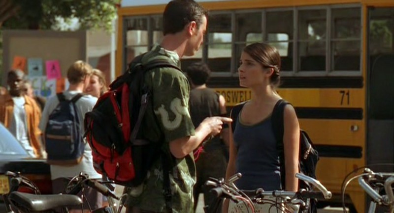 Liz(S.Appleby) parla con Alex(C. Hanks) nell'episodio 'Ondata di caldo' di Roswell