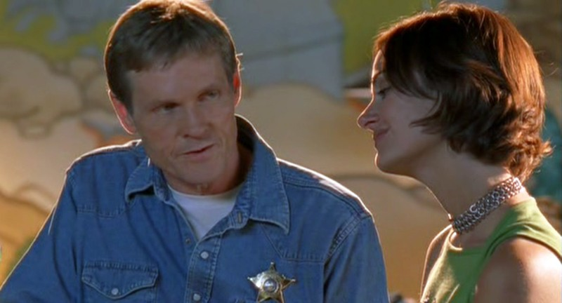 Lo sceriffo (W. Sadler) e la signora DeLuca(D. Farr) nell'episodio 'Ondata di caldo' di Roswell