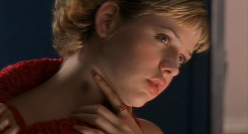 M. Delfino riflessa nello specchio nell'episodio 'Ondata di caldo' di Roswell