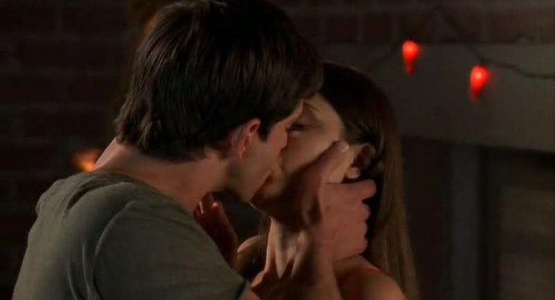Max(J. Behr) bacia Liz(S. Appleby) nell'episodio 'Ondata di caldo' di Roswell
