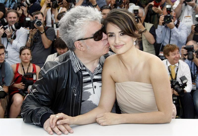 Cannes 2009: Almodovar bacia la sua musa Penelope Cruz, protagonista del suo Los Abrazos Rotos