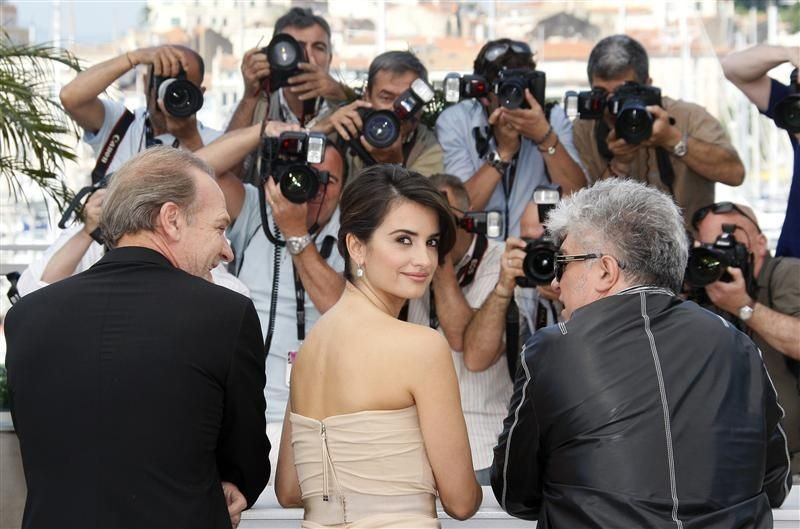Cannes 2009: Pedro Almodovar (di spalle) con Penelope Cruz, protagonista del suo film Los Abrazos Rotos