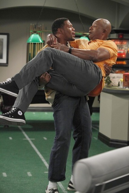 Carl Weathers e Michael Strahan nella serie TV Brothers