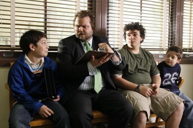Frank Dolce, Troy Gentile e Davis Cleveland con Tyler Labine in un momento della serie Sons of Tucson