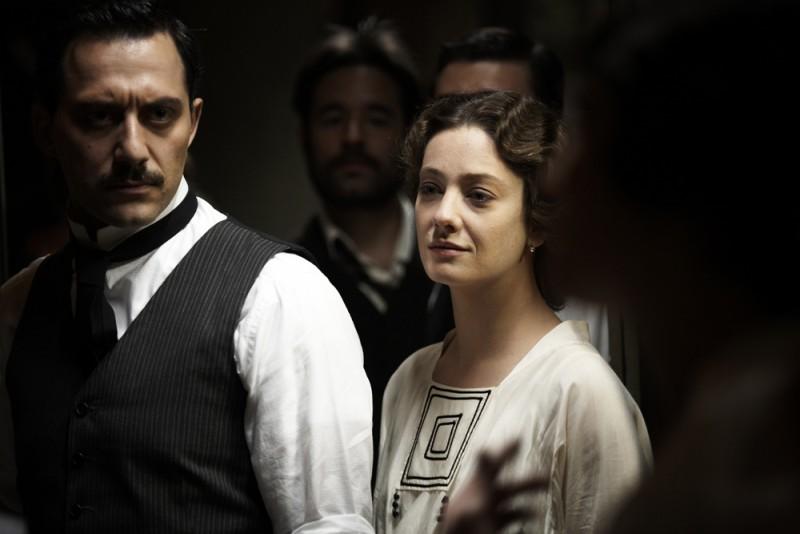 Giovanna Mezzogiorno e Filippo Timi in una scena del film Vincere