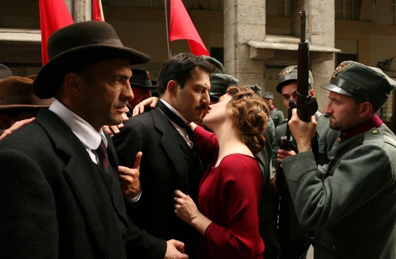 Giovanna Mezzogiorno e Filippo Timi in una scena del film Vincere, diretto da Marco Bellocchio