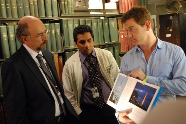 Nicholas Bishop, Richard Schiff e Ravi Patel in una scena di Past Life