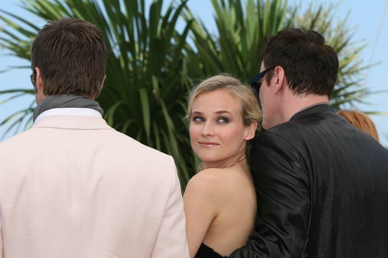Diane Kruger tra due bodyguard d'eccezione, Quentin Tarantino e Brad Pitt, a Cannes