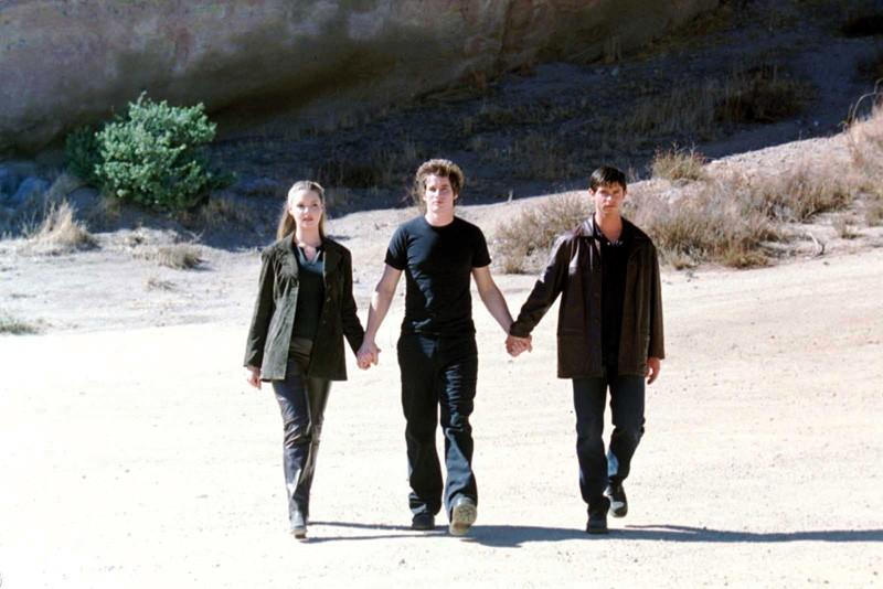 I tre fratelli(K. Heigl, J. Behr, B. Fehr) nell'episodio 'Un passo indietro' di Roswell