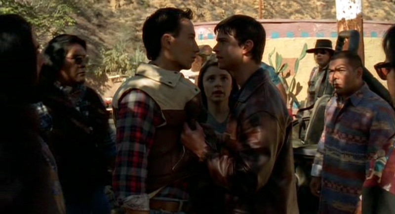 Jason Behr(Max) discute con Tod Thawley(Eddie) alla riserva indiana in Roswell