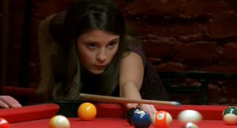 Liz(S. Appleby) gioca a biliardo nell'episodio 'Un passo indietro' di Roswell