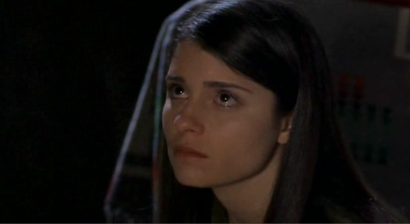 Liz(Shiri Appleby) in una scena dell'episodio 'Un passo indietro' di Roswell