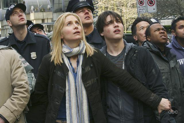 Elizabeth Mitchell in una scena del pilot della nuova serie V