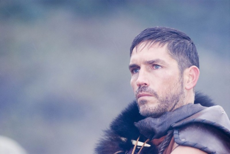 James Caviezel in una sequenza di Outlander