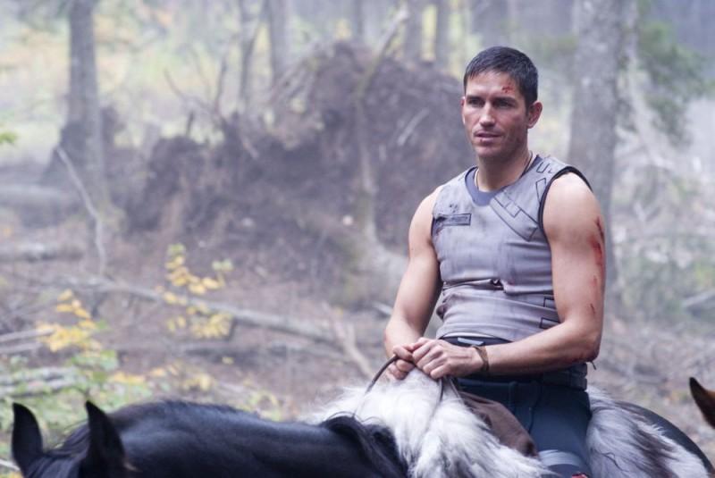 James Caviezel in una sequenza del film Outlander