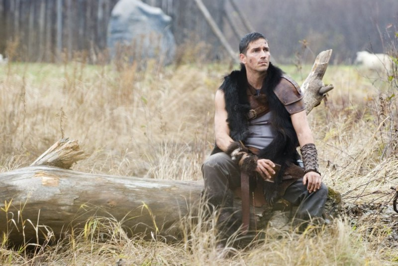 James Caviezel interpreta Kainan nel film Outlander
