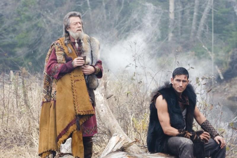 John Hurt e James Caviezel in un'immagine del film Outlander