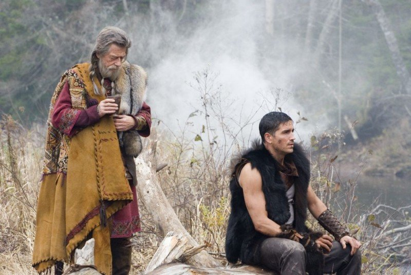 John Hurt e James Caviezel in una scena del film Outlander