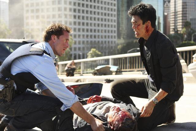 Joseph Fiennes e John Cho nell'episodio pilota di Flash Forward