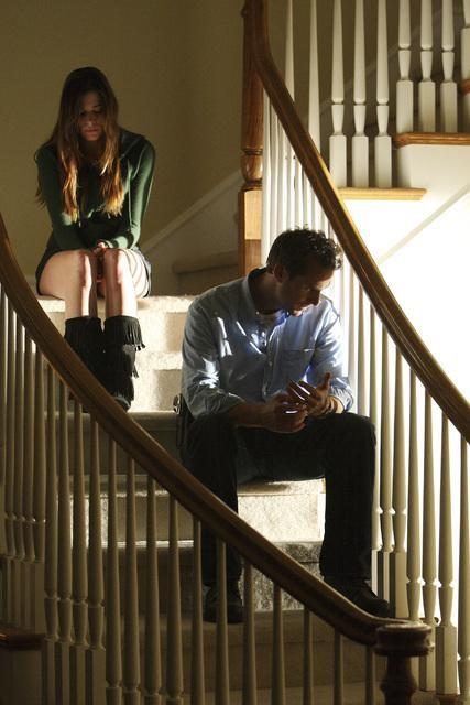 Joseph Fiennes e Peyton List in una scena del pilot di Flash Forward