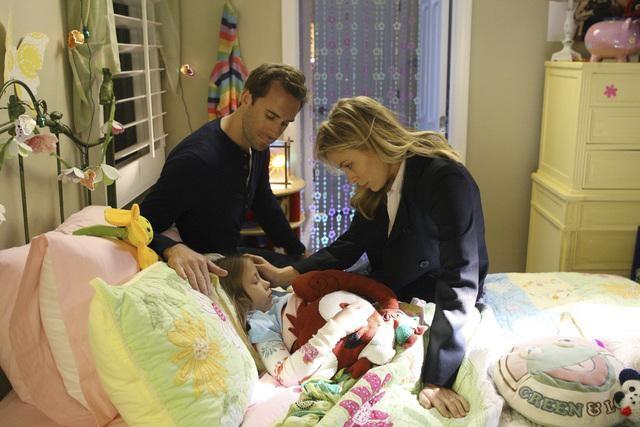 Joseph Fiennes e Sonya Walger in una scena del pilot di Flash Forward