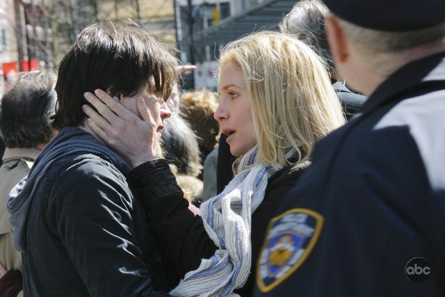 Logan Huffman ed Elizabeth Mitchell nel pilot della nuova serie V