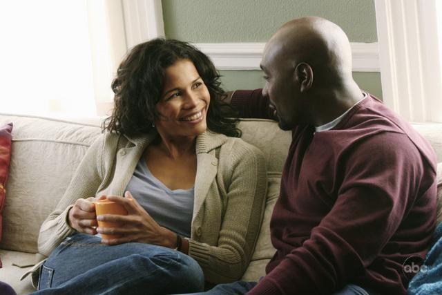 Lourdes Benedicto e Morris Chestnut nel pilot della nuova serie V