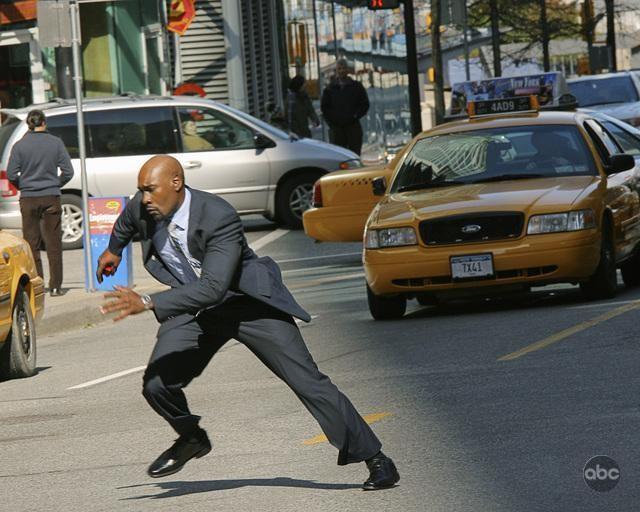 Morris Chestnut in una scena d'azione del pilot della nuova serie V