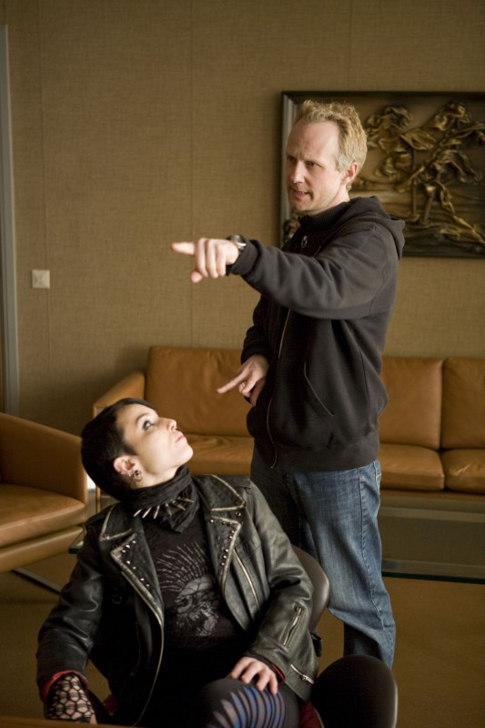 Noomi Rapace e il regista Niels Arden Oplev sul set del film Uomini che odiano le donne