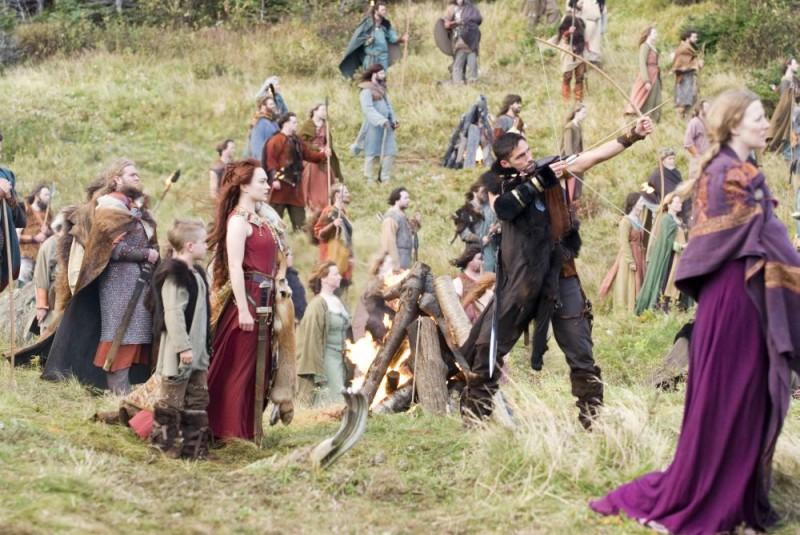 Sophia Myles e James Caviezel in una scena di Outlander