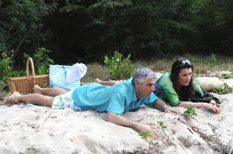Biagio Izzo e Alena Seredova in una scena del film Un'estate ai Caraibi