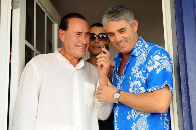 Biagio Izzo insieme al sosia di Silvio Berlusconi in una scena del film Un'estate ai Caraibi
