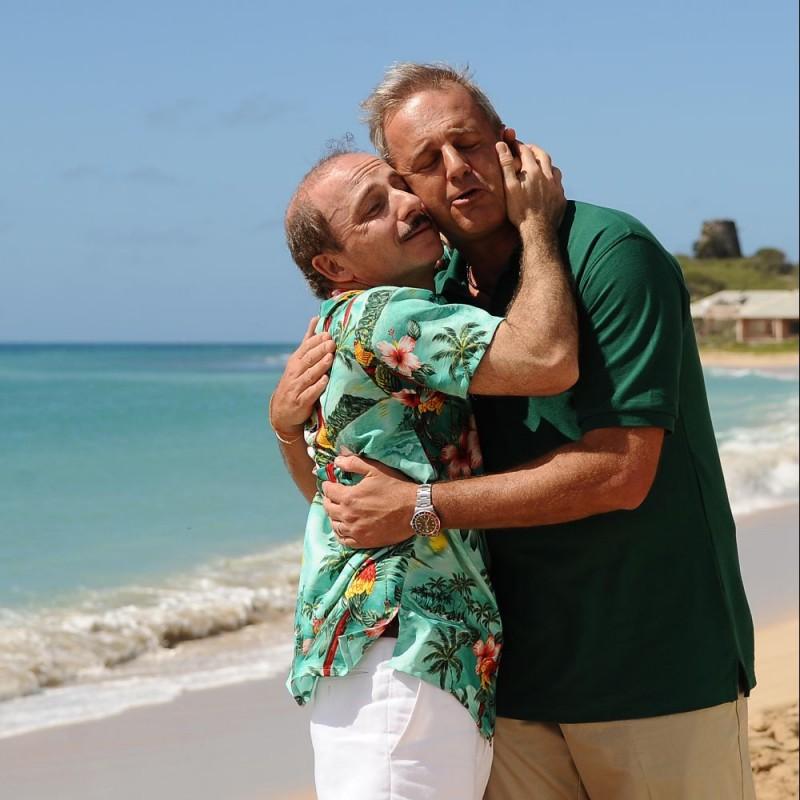 Carlo Buccirosso e Enrico Bertolino in una scena del film Un'estate ai Caraibi