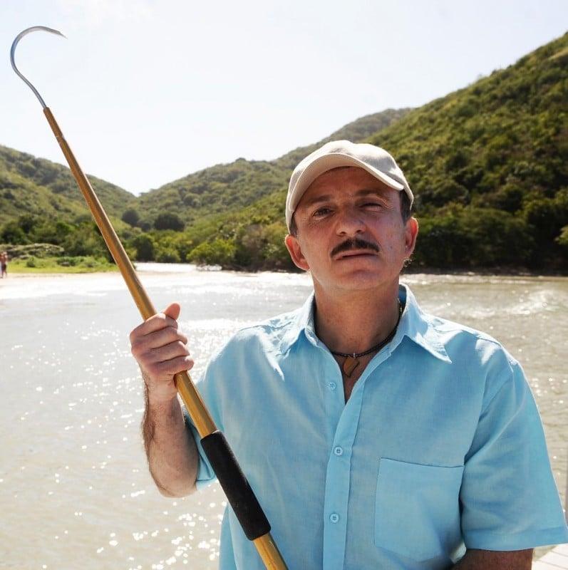 Carlo Buccirosso in una scena del film Un'estate ai Caraibi
