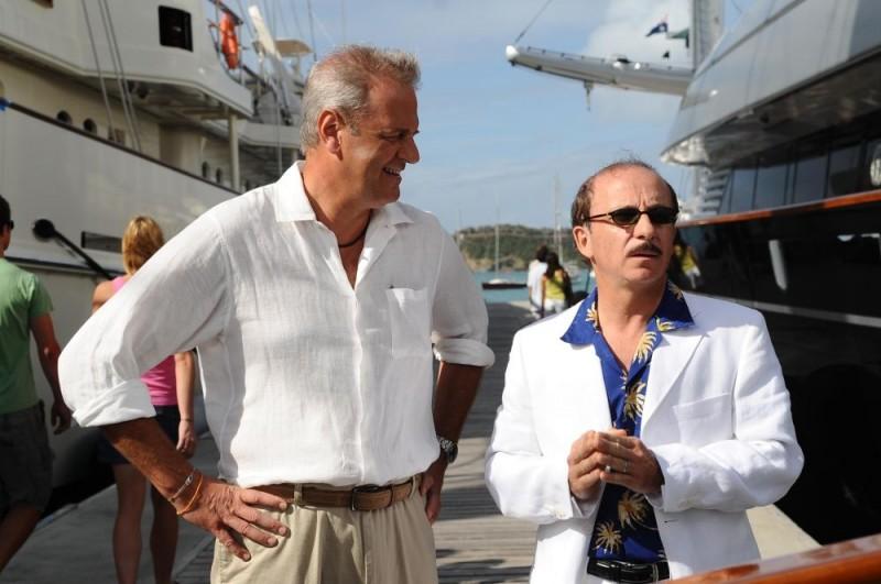 Enrico Bertolino e Carlo Buccirosso in un'immagine del film Un'estate ai Caraibi