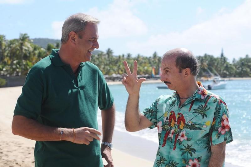 Enrico Bertolino e Carlo Buccirosso in una scena del film Un'estate ai Caraibi
